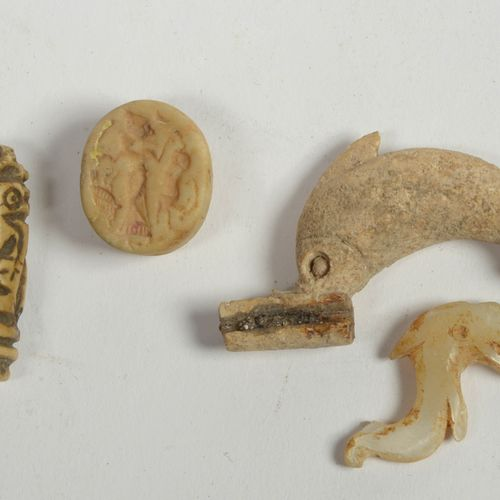 """一共四枚,包括:一枚平边的小圆印和一枚圆柱形的骨雕印章,上面有拟人化的放大装饰。两个 """"海豚 """"形状的 """"Fibulae"""",一个是珍珠母,另一个是骨。整个,近东…"""