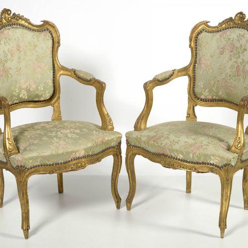 """Paire de fauteuils de style Louis XV dit de """"Venise"""" en bois sculpté et doré gar…"""