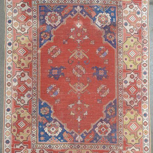Transylvanian手工制作的羊毛Oushak地毯,在米色和红色背景上有红色和蓝色的几何装饰的双壁龛。土耳其的工作。年代:17世纪。尺寸:+/ 168x1…
