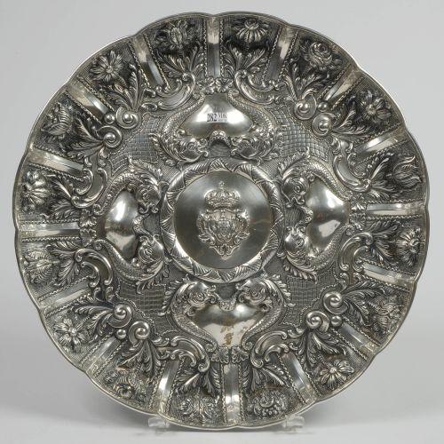 """833/1000号大圆银盘,装饰有葡萄牙国徽的皇冠,周围有 """"海豚 """"和 """"鲜花""""。里斯本的标志。葡萄牙人的工作。直径:+/ 49,2厘米。总重量:+/ 164…"""