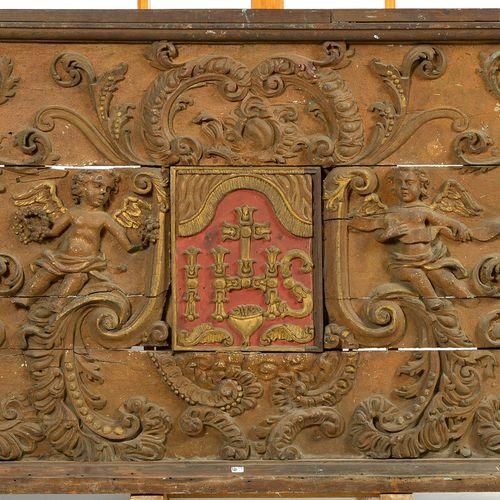 """Devant d'autel en bois sculpté, polychromé et doré au symbole """"IHS"""" soutenu par …"""