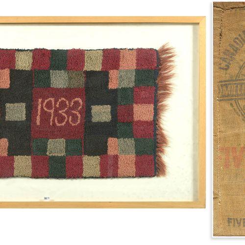 长方形的小羊毛地毯,装饰有红色、灰色、黑色、绿色等方块。日期在中间的1933年。佩戴在加拿大Milling公司的五玫瑰面粉品牌的帆布袋背面的部分。在背面看到蒂埃…