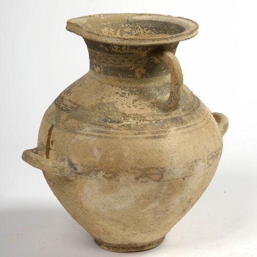 """Hydria"",有两个沙色赤土的把手,带有圆形和风格化的赭石和黑色带子。麦格纳的工作。时期:公元前4世纪。高:+/ 31厘米。"