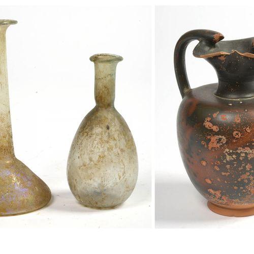 Lot de 3 comprenant: un verre romain translucide irisé de forme triangulaire, à …