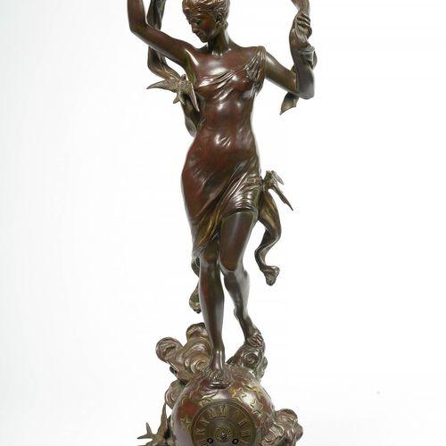 "MOREAU Auguste (1834 1917) 钟的顶部是一个 ""有鸟的女性寓言"",青铜材质,有棕色和镀金的光泽。署名奥古斯特 莫罗。法国的工作。(轻微的…"