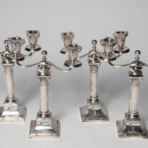 """一套四个 """"科林斯式首都 """"的银质烛台,800/1000年,带有德国印记和金匠J.Eichler。年代:20世纪初。高:+/ 29,3厘米。总重量:+/ 242…"""
