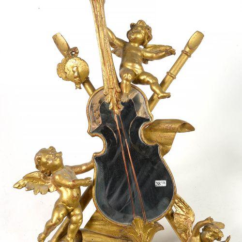 """雕刻和镀金木制的 """"有乐器环绕的奖杯 """"形状的镜子。意大利的工作。时期:19世纪末。(轻微的**)。长:+/ 85厘米"""
