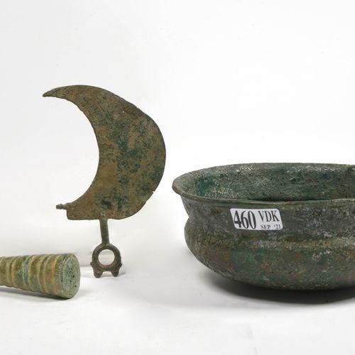 """三件青铜器拍品,包括:小花瓶 """"针座""""。鲁里斯坦的工作。年代:公元前7世纪。一个青铜脐带碗。伊朗卢里斯坦的工作。时间段:公元前一千年开始。还有一把伊特鲁里亚的剃…"""