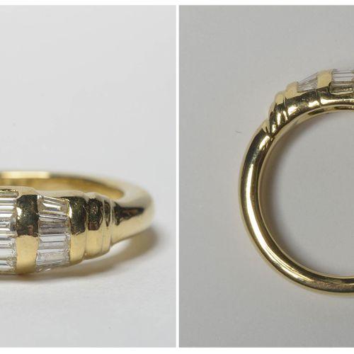 18K黄金戒指,镶嵌长方形切割钻石,总重+/ 0.50克拉(颜色:E F G;净度:VVS VS)。手指(公制):52。总重量:+/ 6,4gr。