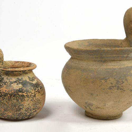 """Lot de deux """"Kyathos"""" en terre cuite l'une sable et l'autre portant de traces de…"""