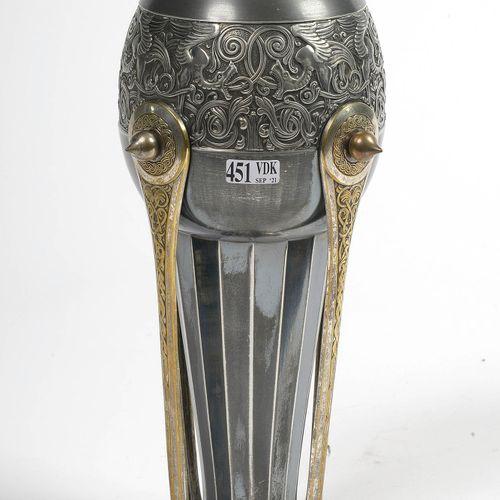 """Vase Art nouveau en étain décoré d'une frise aux """"Dragons sur fond d'arabesques""""…"""