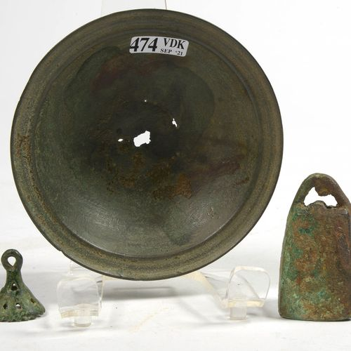 Lot de trois bronzes comprenant: deux cloches, l'une trapézoïdale et l'autre ajo…
