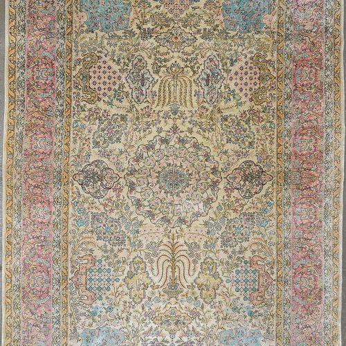 手工制作的丝绸地毯,有粉色、米色和粉蓝色的花卉装饰。波斯人的工作。尺寸:+/ 251x155厘米。
