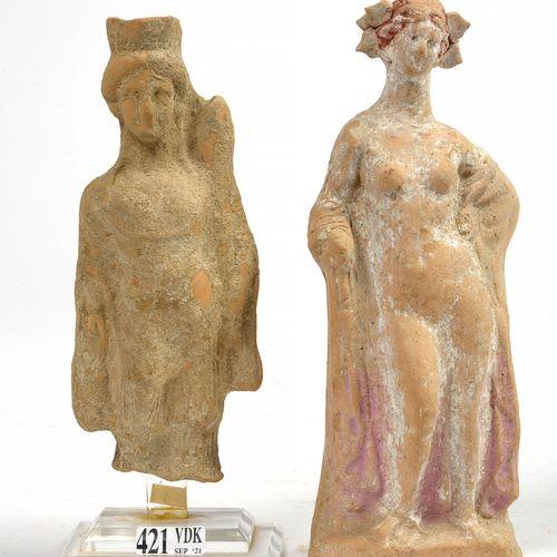 """Deux statuettes en terre cuite comprenant: """"Artémis et son carquois"""". Travail gr…"""