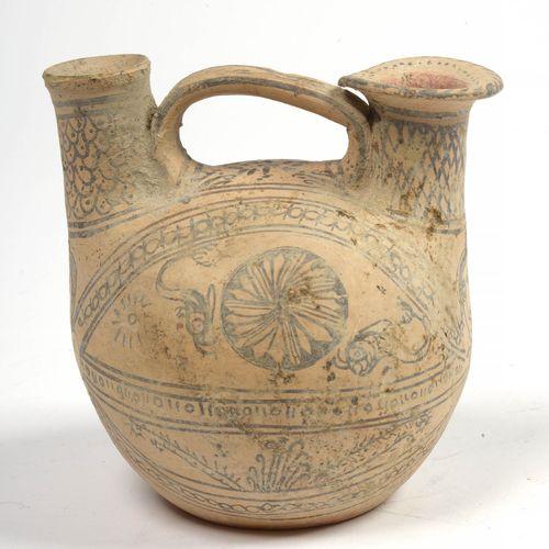 """Chamois粘土 """"Double Askos"""",有两个颈部,其中一个有一个由手柄连接的滤网,装饰有棕色的 """"海豚""""、""""女头 """"和几何装饰。Daunian Li…"""