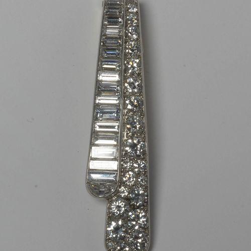 18K白金和铂金胸针,镶嵌长方形切割钻石共计+/ 3克拉(颜色:G H;净度:VVS VS),明亮型切割和老式切割钻石共计+/ 3克拉(颜色:H I;净度:VS…