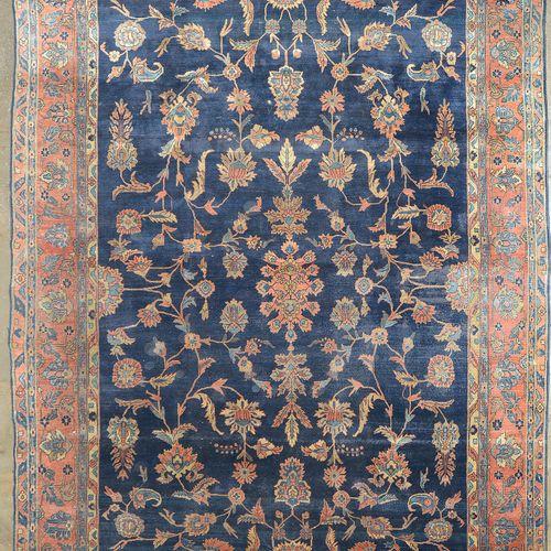 """Grand tapis dit """"Sarouk américain"""" en laine à décor floral bleu, beige et vieux …"""