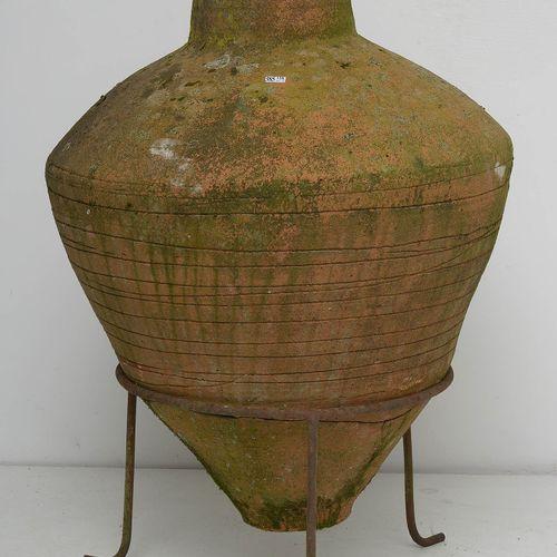 一个大型的橙色赤土陶罐,罐身呈梨形,饰有空心圆线和几何图案。搁置在一个三角架上。克里特岛的起源。(*).高度(不包括三脚架):+/ 85厘米。