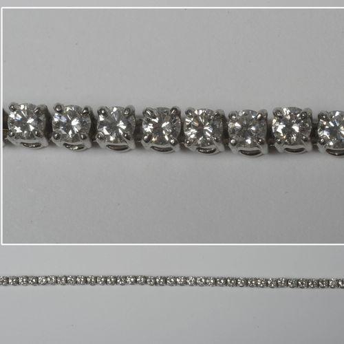 Bracelet en platine serti de diamants taille brillant pour un total de +/ 4.80 5…