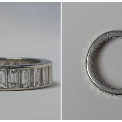 美式结婚戒指,18K白金,镶嵌长方形切割钻石,共重+/ 5克拉(颜色:G;净度:VVS)。手指(公制):52。总重量:+/ 7.9gr。