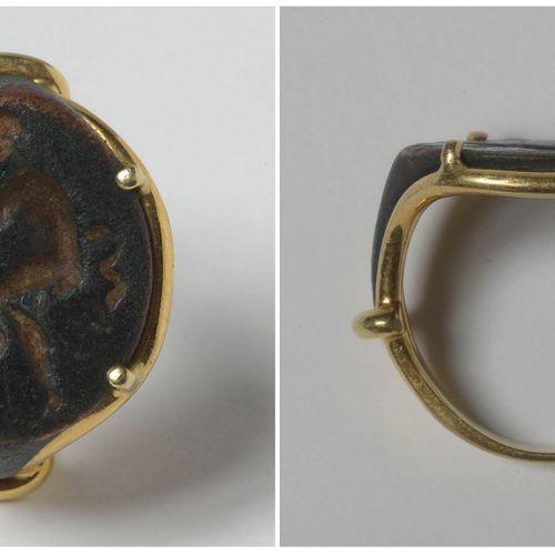 """一枚罗马戒指的碎片,上面镶嵌着刻有 """"潘神 """"印章的青铜凹版。后期以22K黄金镶嵌。 时期:公元前350 420年,大希腊。现附上1988年的证书。手指(公制)…"""