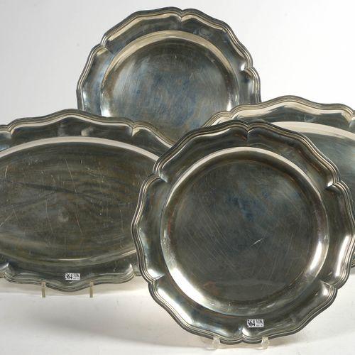 Deux paires de plats chantournés, ronds et ovales en argent 900/1000 au poinçon …