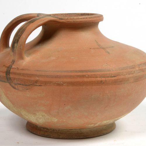 """Lagynos (?) ""双柄红陶器,有线性装饰和黑色的 ""十字架""。西西里岛马格纳格拉西亚的作品。时期:公元前5年(划痕)。高:+/ 15厘米。"