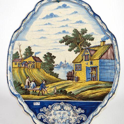 """大型代尔夫特多色陶器墙牌,描绘的是 """"生动的河流景观""""。背面有未知的代尔夫特标记,日期为(17)55。荷兰的工作。年代:18世纪。(片段)。)尺寸:+/ 57,…"""