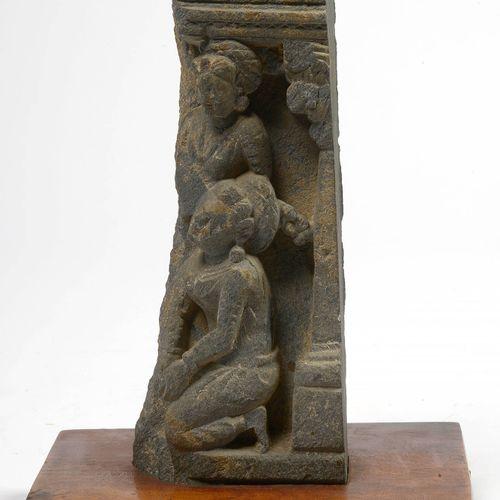 """Partie de haut relief en schiste noir sculpté de deux """"Personnages"""". Travail du …"""