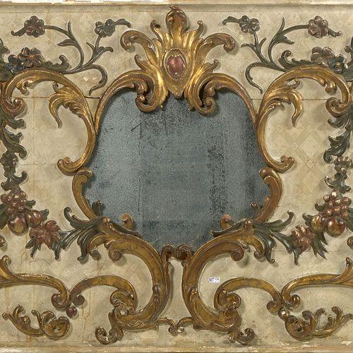 """路易十五的长方形木雕酒桶,在白底上装饰有 """"Rocailles """"和 """"Guirlandes de fruits""""。饰以中央的镜子。年代:18世纪。尺寸:+/ …"""