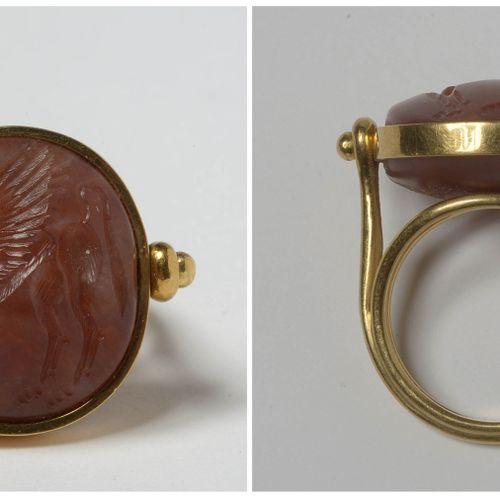 """戒指上镶有红玉髓凹版,上面刻有 """"Hippogriff """"的印章。米诺斯时期,克里特岛。镶嵌方式为22K黄金。手指(公制):53 54。总重量:+/ 12.2g…"""
