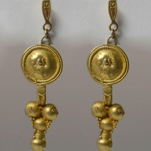 """一对 """"葡萄 """"设计的22K黄金耳环。罗马时期,公元1世纪。起源:腓尼基的提尔。长:+/ 4.6厘米。总重量:+/ 7gr。"""