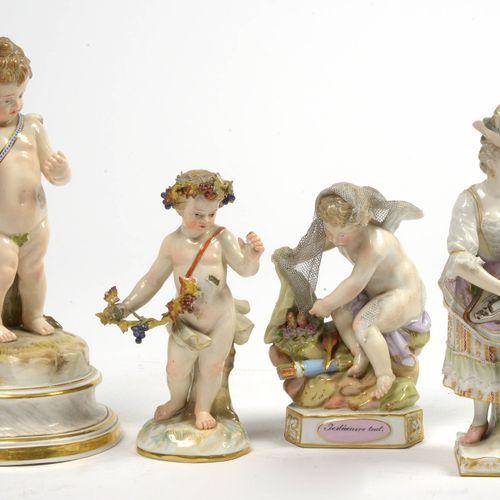 """一套四件麦森和柏林多色瓷器雕像,包括:""""Je découvre tout"""",""""Putti Bacchus """"和 """"Cupid""""。标记为蓝色,有交叉的剑。附上 """"…"""