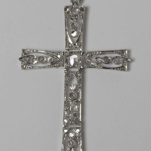 """装饰艺术风格的 """"十字架 """"造型吊坠,18K白金,镶嵌玫瑰式切割钻石。尺寸:+/ 5x3cm。总重量:+/ 3,2gr。"""