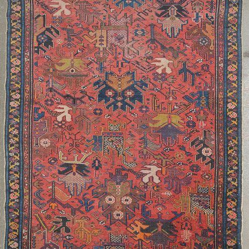 Ferreghan (?)手工制作的羊毛地毯,红底上有米色、橙色和蓝色的几何图形装饰。古代波斯人的作品。尺寸:+/ 180x128厘米。