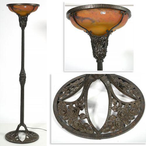 MULLER FRERES (1897 1936) Lampadaire Art nouveau en fer forgé à décor floral sur…