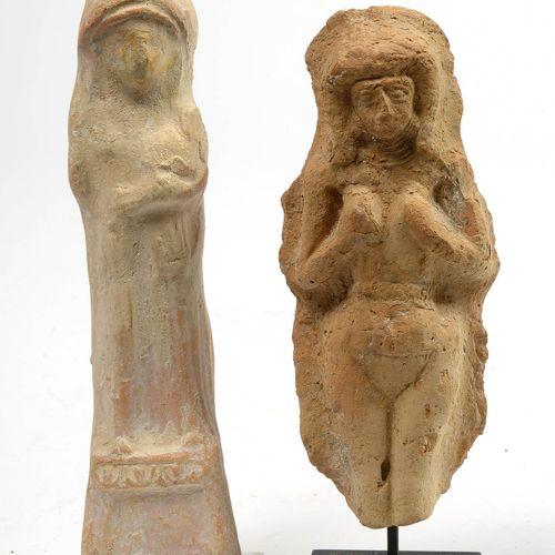 """两件陶器雕像,代表:""""帮助者 女神 """"手持 """"孩子""""。来自西顿的腓尼基作品。时期:公元前5 4世纪。还有一个 """"生育女神""""。来自美索不达米亚的古巴比伦人作品。时…"""