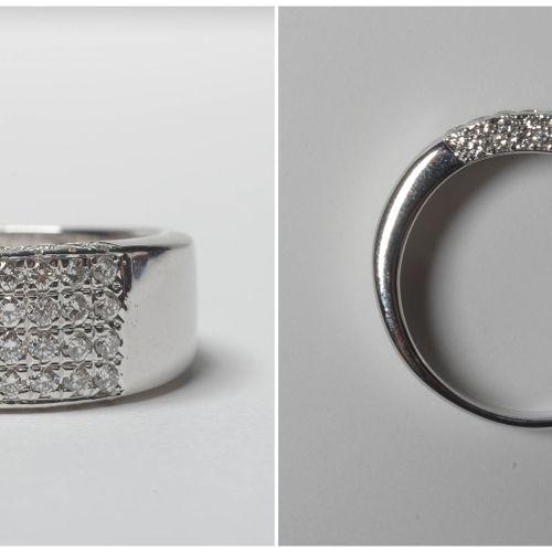 18K白金戒指,镶嵌总重+/ 0.60克拉的明亮式切割钻石(颜色:D E F;净度:VVS VS)。手指(公制):58。总重量:+/ 9.7gr。