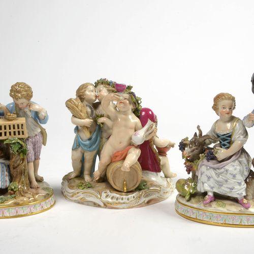 """一套三件麦森多色瓷器,分别代表一个 """"四季寓言 """"和两个 """"乡村风景""""。标记为蓝色,有交叉的剑。德国的工作。年代:19世纪末。(*).高:+/ 14和15.5厘…"""