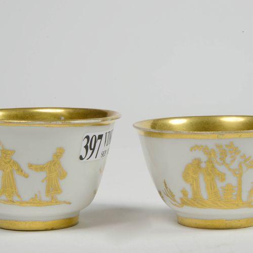 """一对白色和金色的迈森瓷器袋,上面装饰着中国风格的 """"字符""""。标有金色的新月。由奥格斯堡的巴托洛梅斯或亚伯拉罕 塞特装饰。德国的工作。年代:1720年左右。 高度…"""