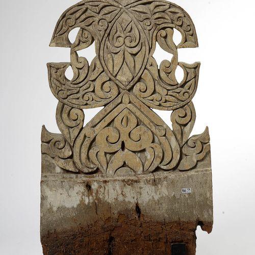 大型木雕墓碑,有白滑和植物装饰。菲律宾的工作。年代:19世纪末。高(不包括后来的底座):+/ 89厘米。