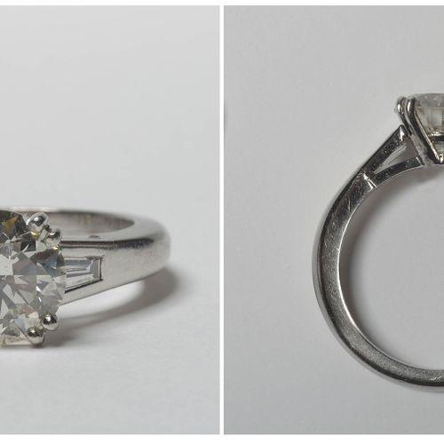 Bague en platine sertie d'un diamant taille brillant de +/ 2,20 2.40 carats (Cou…