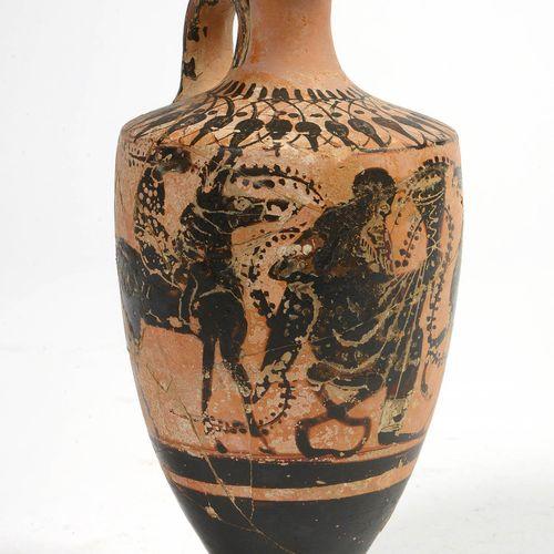 """陶器 """"Attic lekythos"""",黑色人物代表 """"狄俄尼索斯被两个骑手包围,分别骑着骡子和马""""。希腊的工作。时期:公元前6世纪。(脚部缺失,*和**)。)…"""