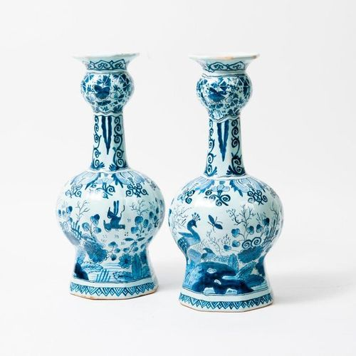 DELFT, XXème siècle  Pair of melon rimmed earthenware vases with melon ribs, on …