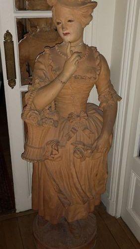 Statue de jardin, de la première moitié du XXème siècle. Femme en robe du XVIIIè…