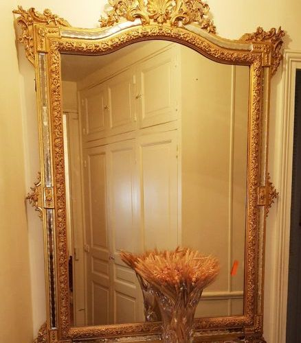Large mirror with glazing beads engraved with friezes of pirouettes, with an ope…