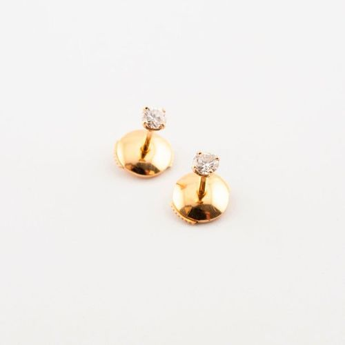 Pair of yellow gold (750) studs with brilliant cut diamonds in claw setting. Tot…