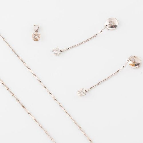 Lot in white gold (750) including :   Pair of earrings holding a brilliant cut d…