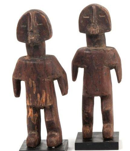 GHANA, Ewé Paire de jumeaux. Bois, représentés debout, les bras détachés du corp…