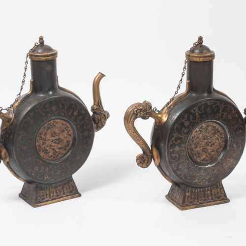 CHINE, seconde moitié du XIXème siècle Pair of decorative patinated metal pourer…